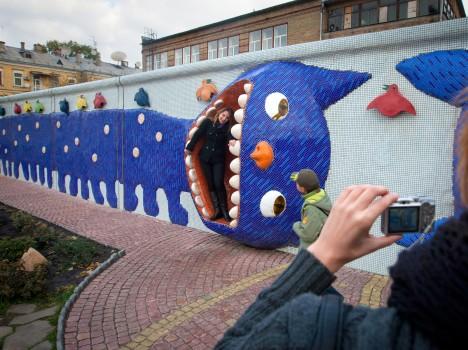 Посетители у скульптурной композиции на Пейзажной аллее в Киеве