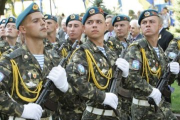 President Poroshenko promises to raise payments to contract soldiers in 2018