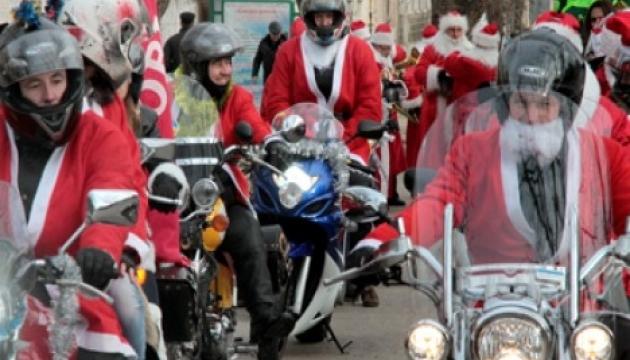 В Киеве прошел парад Дедов Морозов на мотоциклах