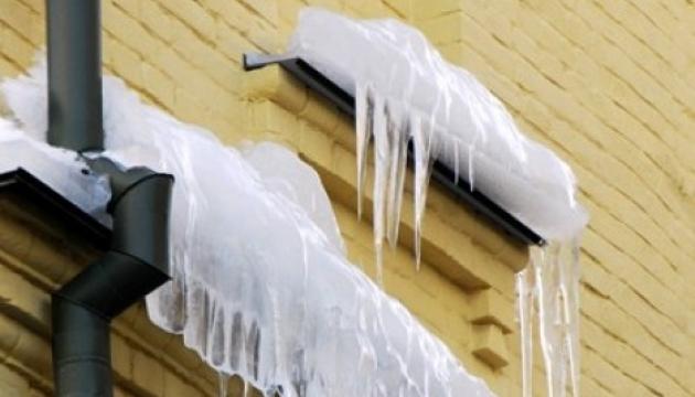 В центре Львова глыба льда с крыши церкви убила женщину
