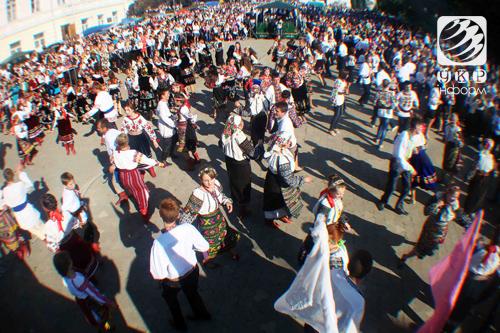 Фестивали борща и вышиванок прошли на Тернопольщине. Люди танцуют на  фестивалях У Борщівському краї цвітуть вишиванки ... 2597588f29d08