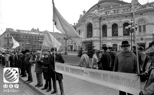 В этот день Киев и Львов взялись за руки. Фоторепортаж