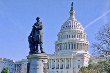 Les États-Unis approuvent une aide de près de 700 millions de dollars à l'Ukraine