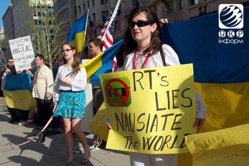 Кілька десятків активістів пікетували офіс Russia Today у Вашингтоні. Фото