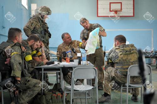 Українські військові в спортзалі школи готуються до виходу з Іловайська