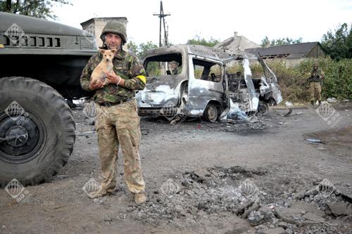 Військовий тримає на руках цуценя перед виходом з Іловайська