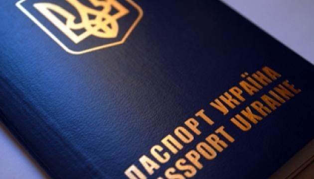 Відтепер в банках клієнтів обслуговуватимуть і за закордонним паспортом — НБУ