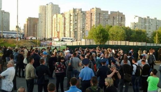 В Киеве большая драка около застройки. В ход пошли камни и феерверки (обновлено)