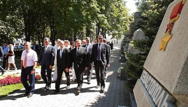 Французьким «друзям Путіна» закрили в'їзд до України