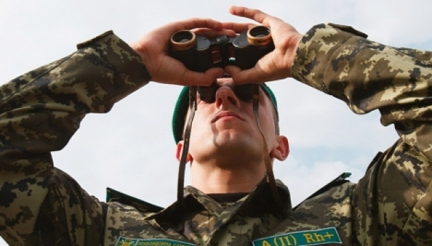 Les garde-frontières russes démontent des postes-frontières en Crimée