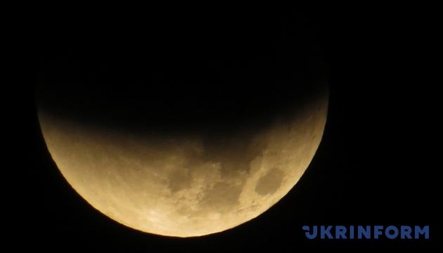 Українці цієї ночі зможуть побачити напівзатемнення і смарагдову комету