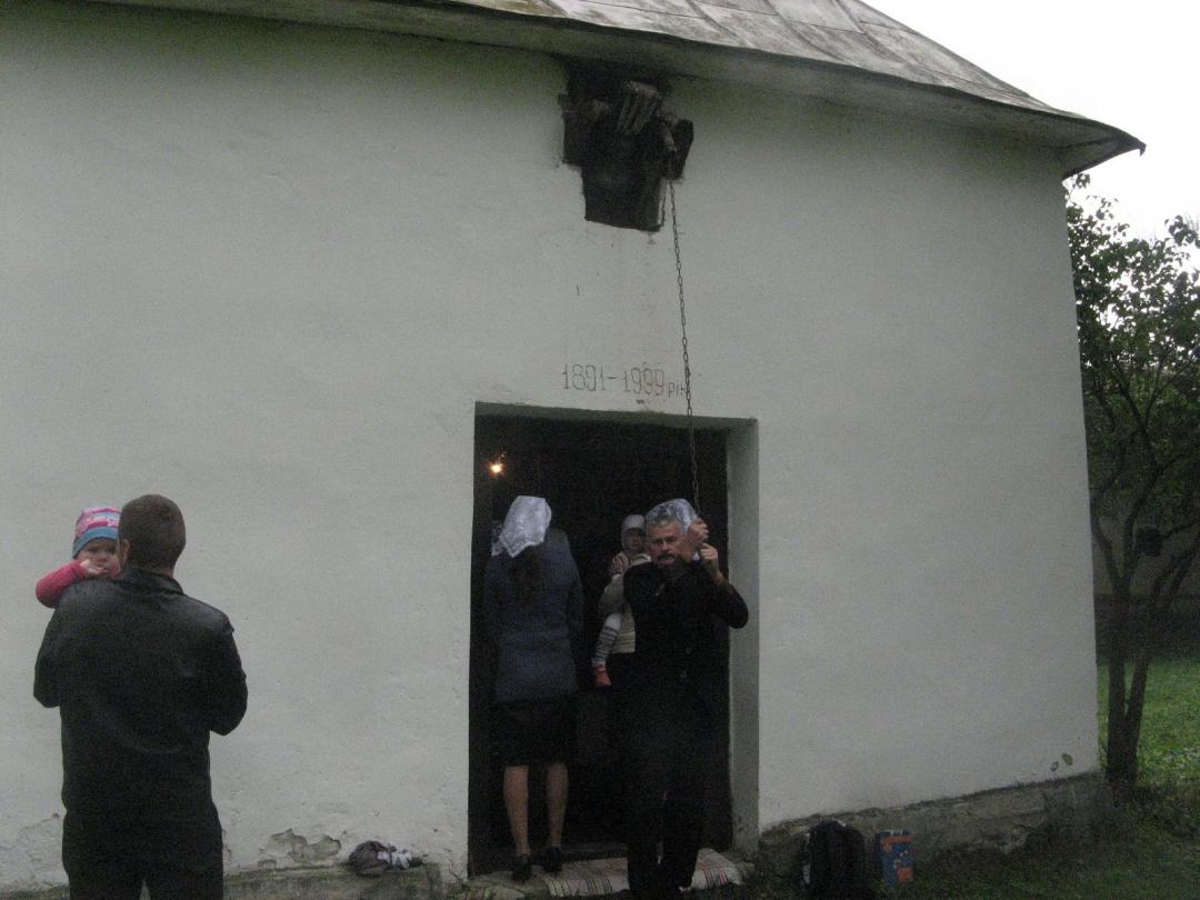 Михайло Михайлович дзвонить у дзвін над входом