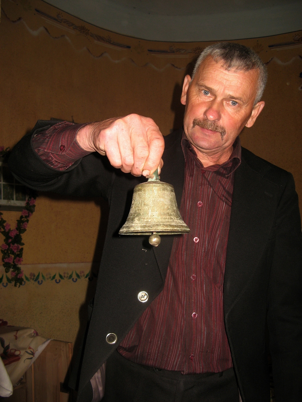 Михайло Герзанич показує раритет: старий мідний дзвоник