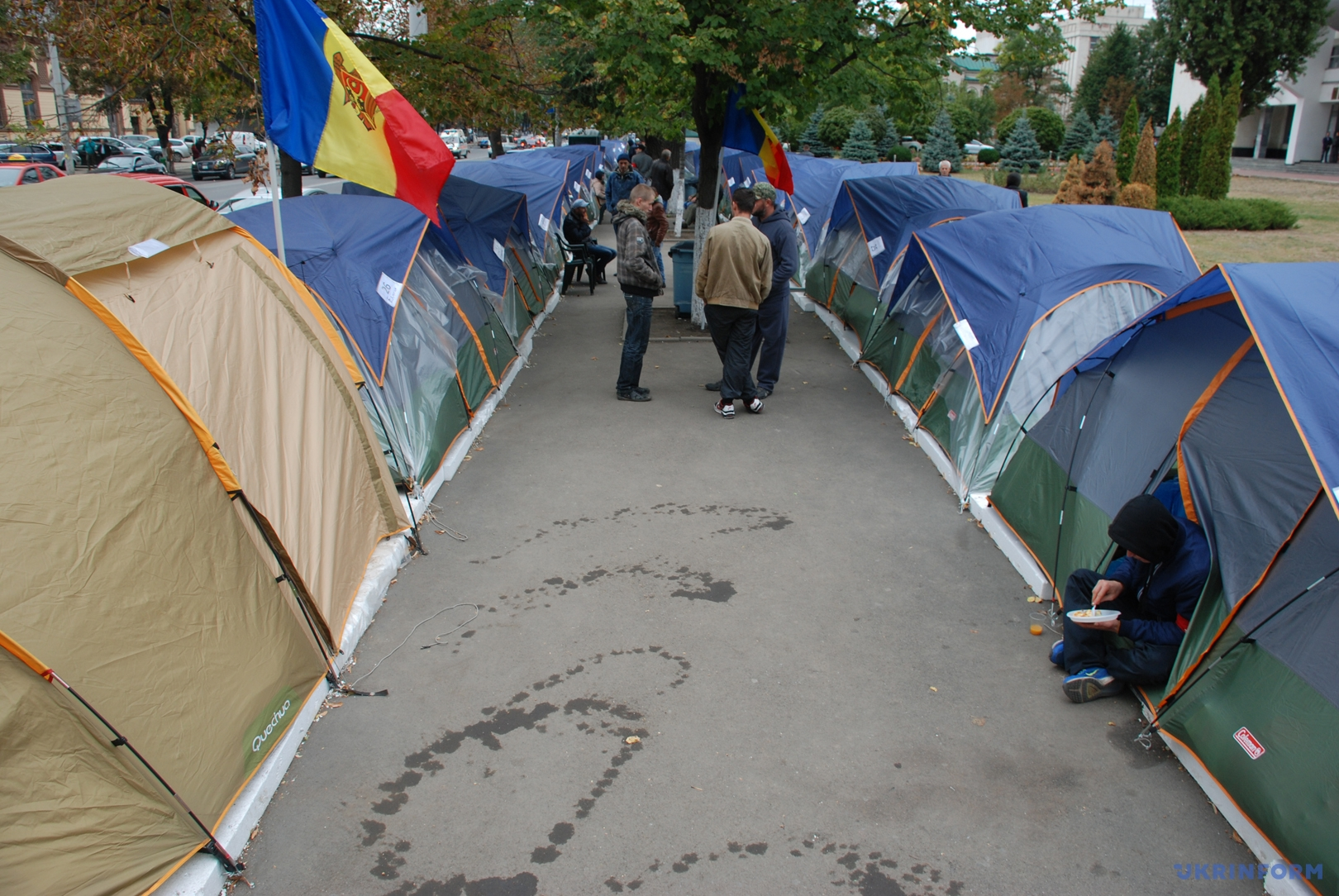 Палаточный городок перед парламентом Молдовы