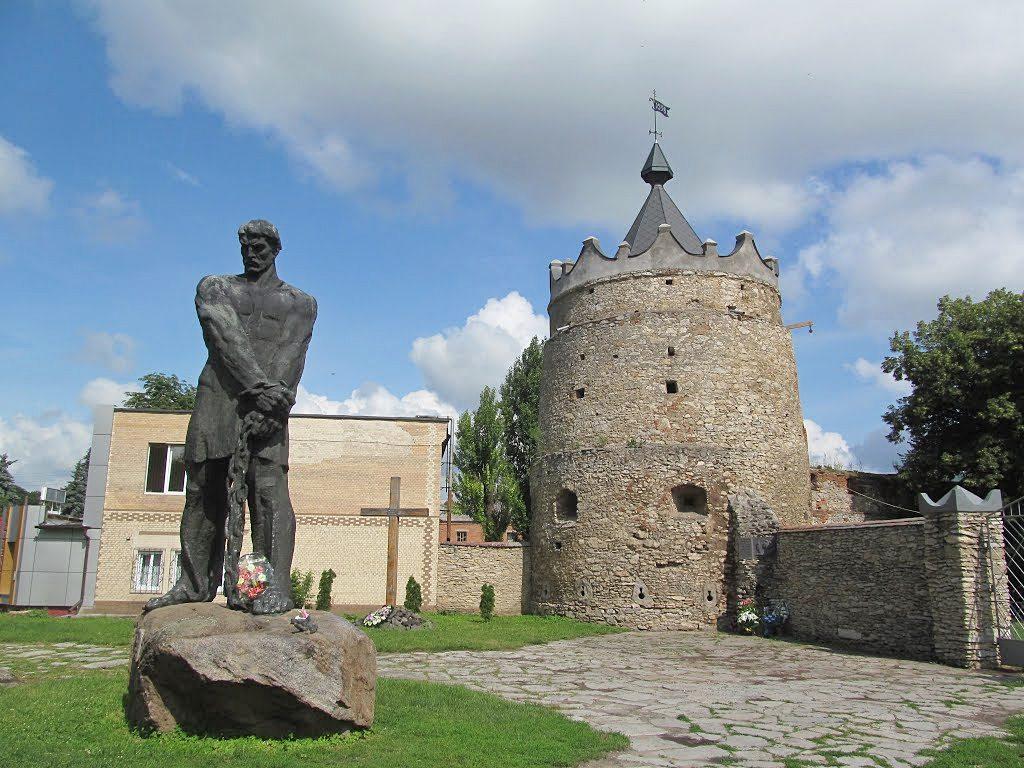 Пам'ятник Кармелюку у Летичеві (Хмельницька область) біля його могили. Фото: static.panoramio.com