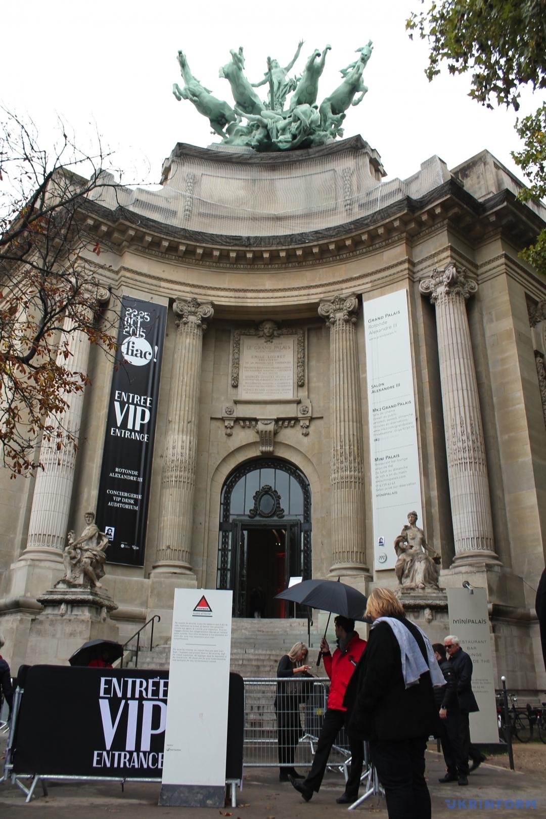 Здание Grand Palais, где экспонируется Международная выставка-продажа современного искусства FIAC-2015