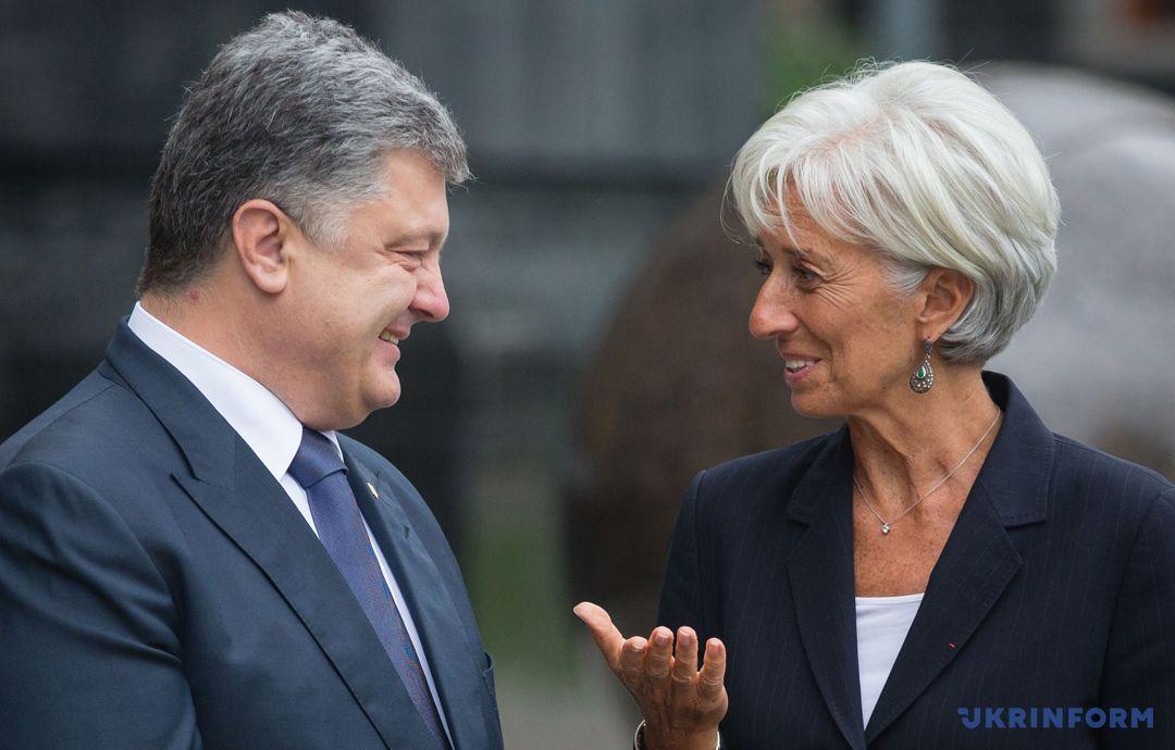 На фото: президент України Петро Порошенко (ліворуч), голова МВФ - Крістін Лагард