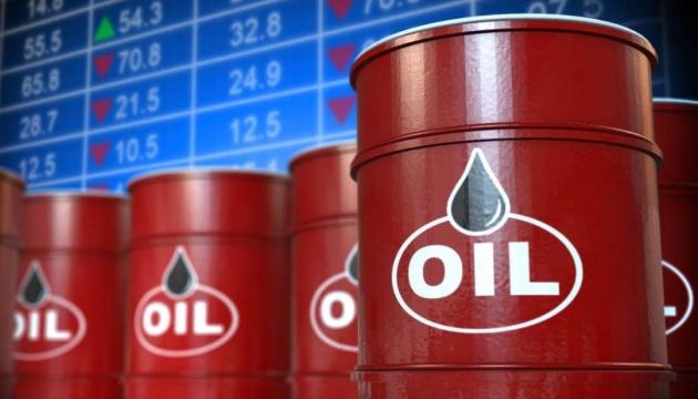 Нефть держится в