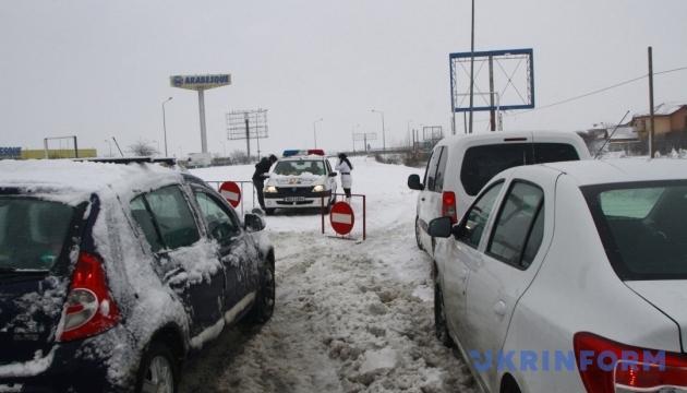 Из-за снегопадов Молдова закрыла семь КПП на границе с Украиной