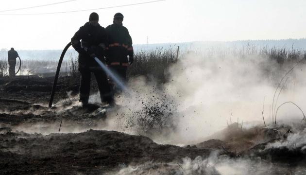 消防员扑灭了赫梅利尼茨基州的泥炭火灾