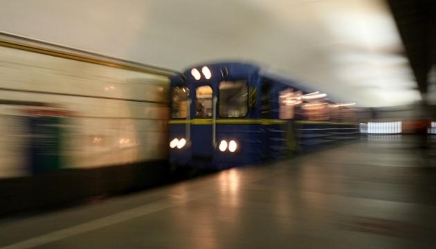Арештували жінку, яка кинулася під поїзд метро з двома дочками