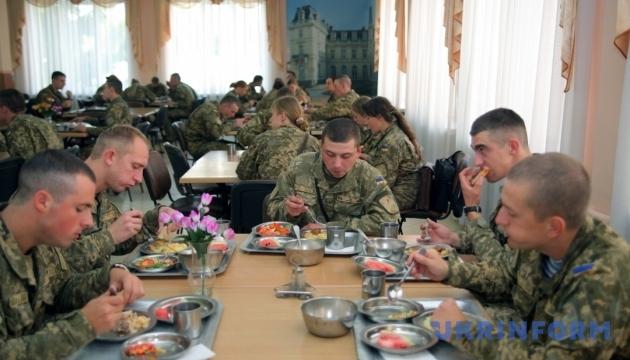 Майже половину армії цьогоріч годуватимуть по-новому