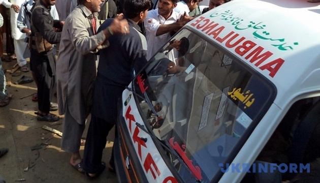 У Пакистані весільний автобус впав в ущелину, є загиблі