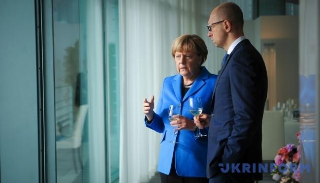 Меркель обсудила с Яценюком украинских политзаключенных и миротворцев на Донбассе