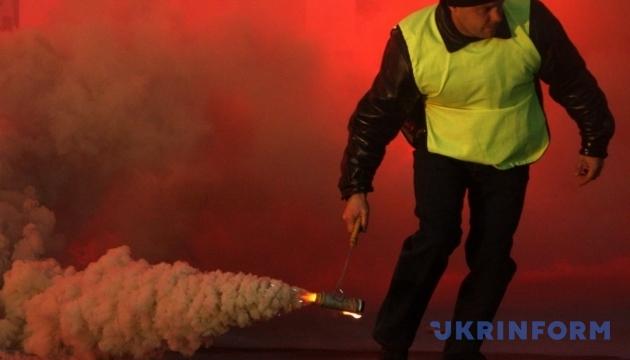 Під харківську школу кинули димову шашку: півтисячі евакуйованих