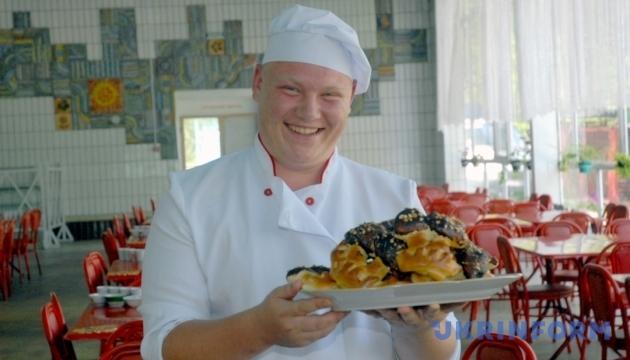 Сьогодні - Міжнародний день кухаря, або Українська кухня - це не тільки борщ та сало