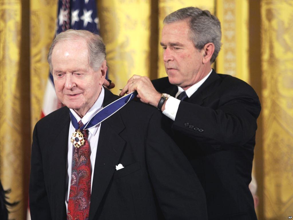 Роберт Конквест отримує нагороду від Джорджа Буша. Фото: Голос Америки