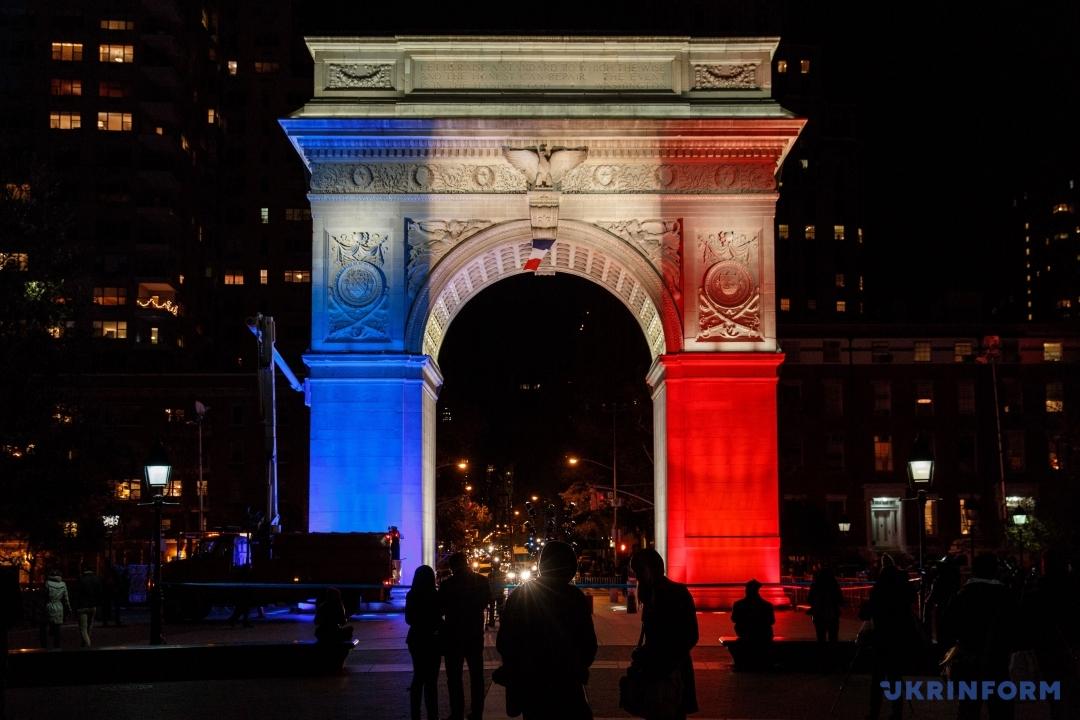 Світ вшанував пам'ять жертв терактів у Парижі. Нью-Йорк, США