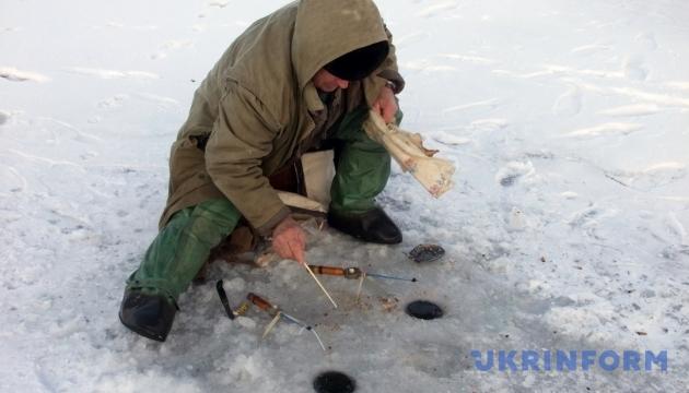 На Днепре сняли со льдины 50 рыбаков
