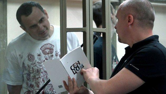 Российские магазины отказываются от книги Сенцова