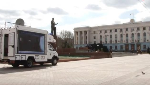Оккупанты «просвещают» темный Крым мобильной агитацией