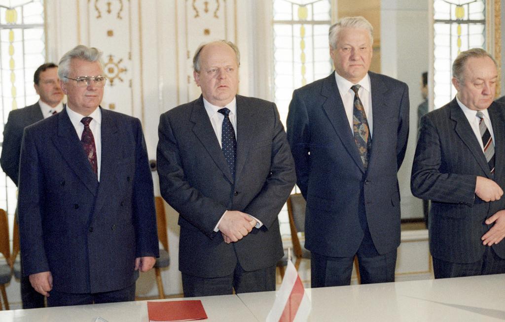 Леонід Кравчук, Станіслав Шушкевич та Борис Єльцин після підписання угод 8 грудня 1991 року