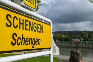 Еврокомиссия призывает продлить запрет на поездки в Шенгенской зоне