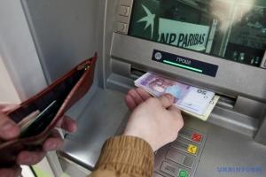Не банкоматом єдиним. Невдовзі готівку зніматимемо у магазинах і на АЗС