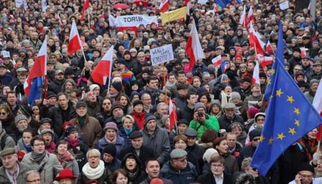 В Варшаве 50-тысячный митинг пришел к президентскому дворцу