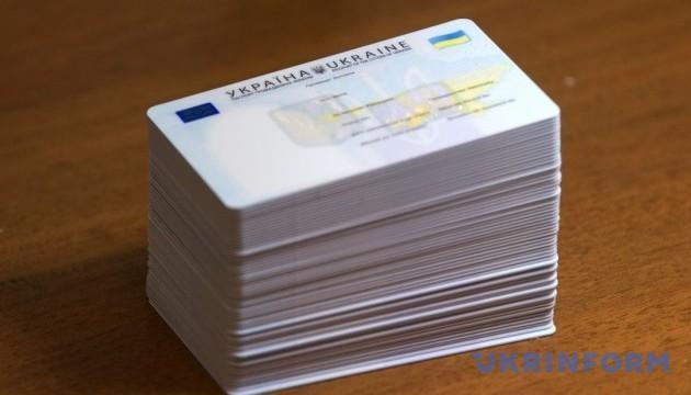 Пластикові паспорти вже видають