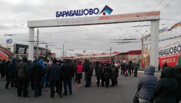 Неизвестные забросали файерами магазины в харьковском ТЦ «Барабашово»