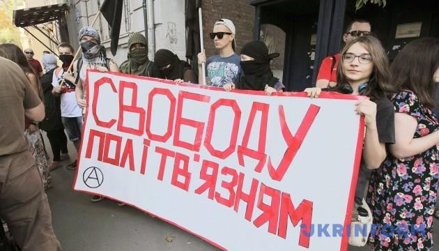 Російські прикордонники забрали у активістів плакат «Свободу політв'язням»
