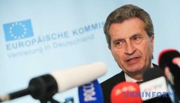 Єврокомісар Еттінґер вимагає протидії впливу Китаю в ЄС