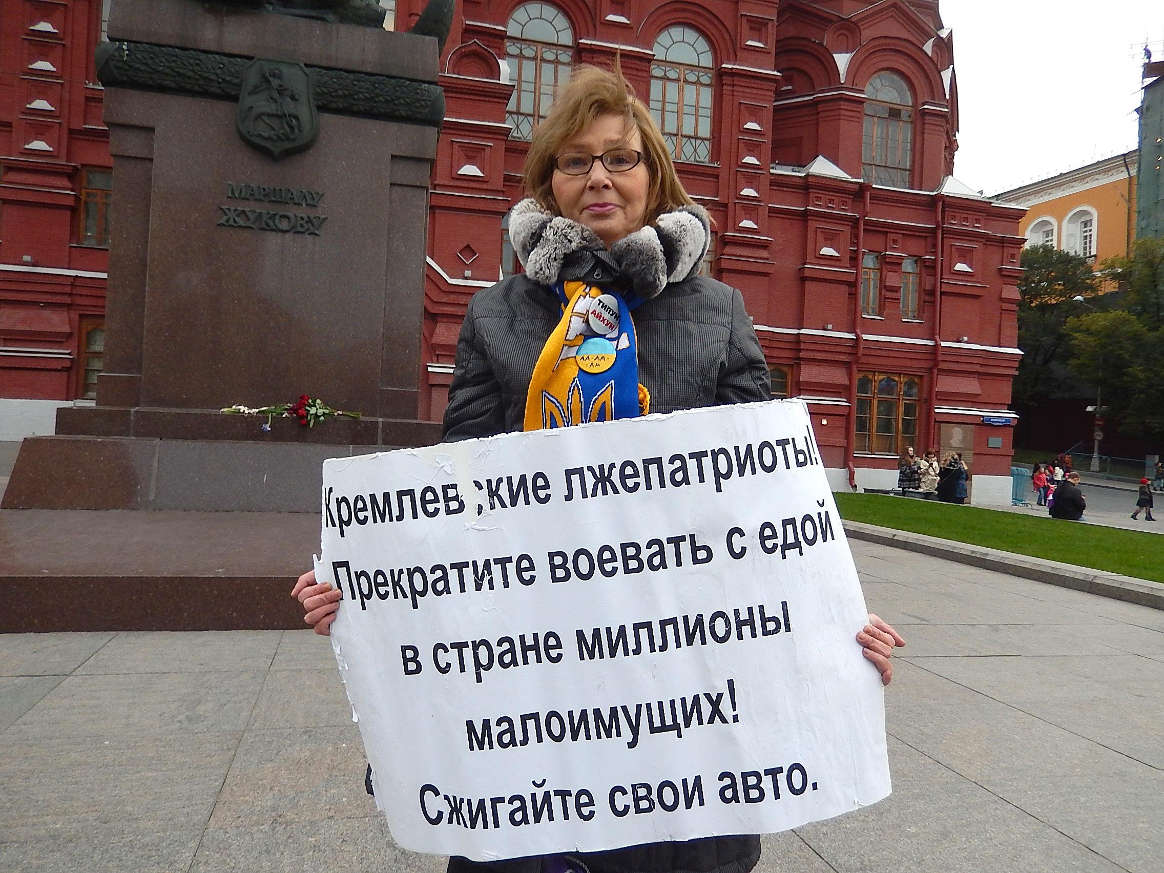 Ирина Калмыкова на Манежной площади у памятника Жукову