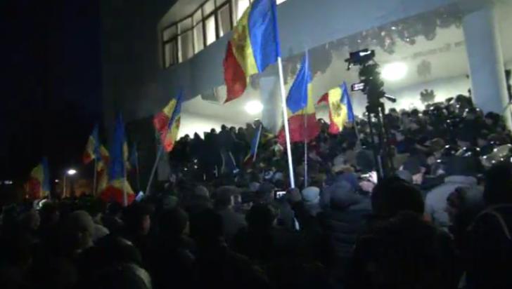 Митингующие пытаются брать штурмом здание парламента Молдовы