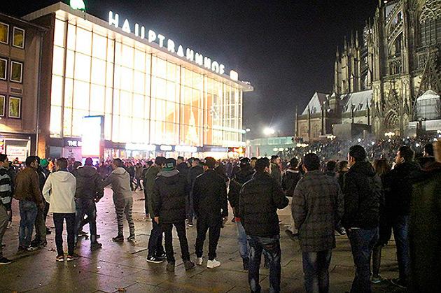Привокзальная площадь Кельна в новогоднюю ночь. Фото: EASTNEWS/AFP
