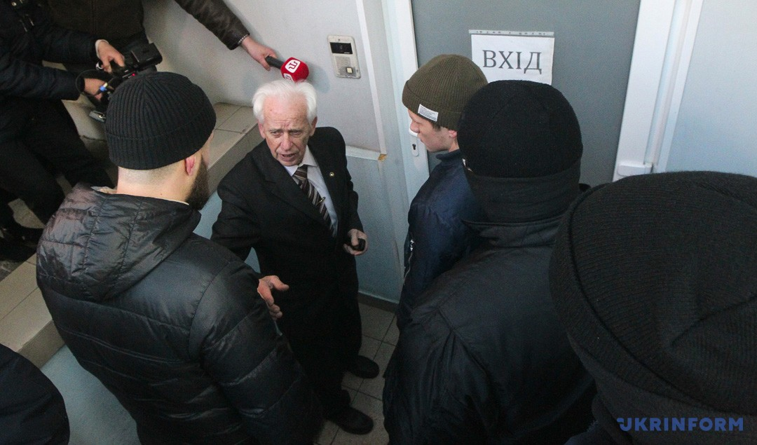 Віль Ромащенко звертається до активістів, які блокують вхід до офісу громадського руху