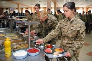 """У навчальному центрі """"Десна"""" військових годують по-ресторанному"""