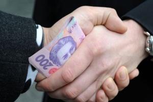 Менш як 5% українців кажуть, що їм цьогоріч доводилося давати хабарі вчителям