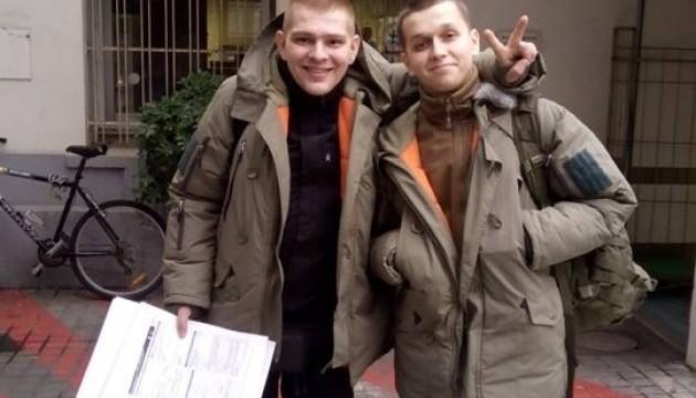 Волонтери відправили на лікування у Францію двох бійців «Азову»